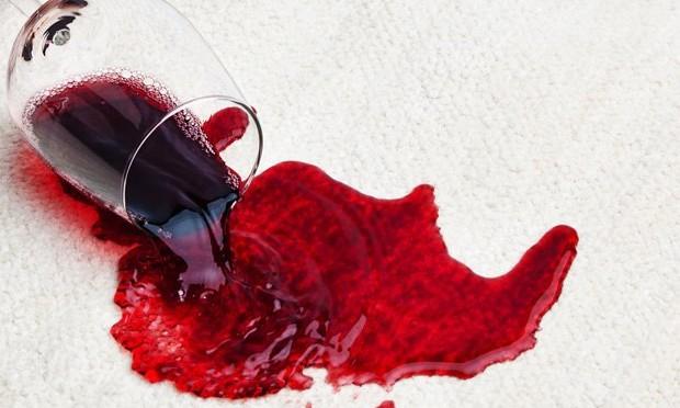 plama z wina na dywanie