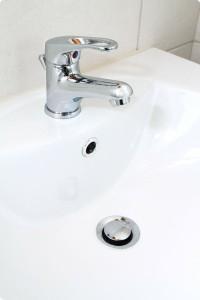 sprzątanie łazienki umywalka